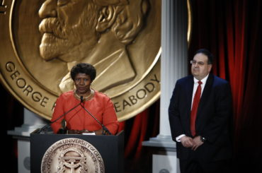 Peabody Awards, Gwen Ifill and Chris Guarino, May 2009 (4), CC BY 2.0